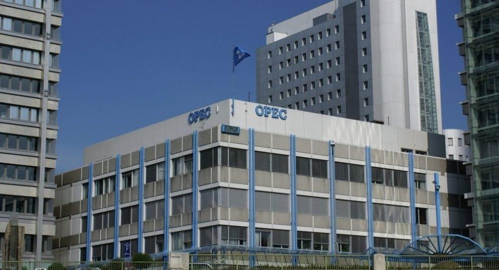 La OPEP ultima en Viena un acuerdo sobre la limitación de su oferta de crudo